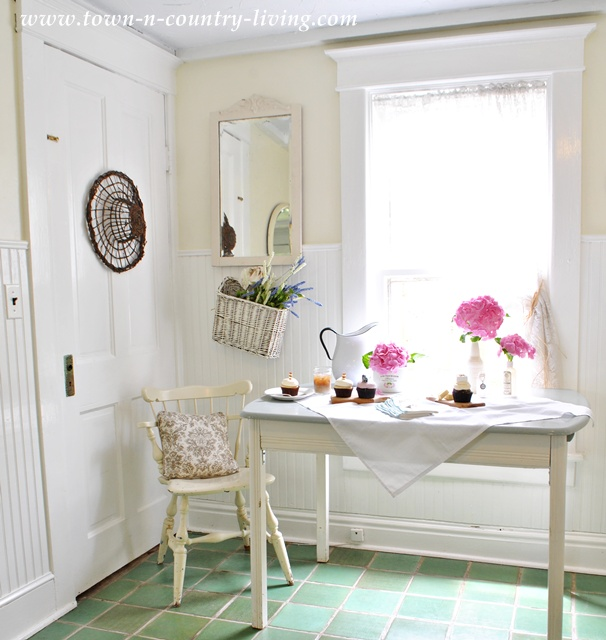 Farmhouse dining nook at Town and Country Living blog