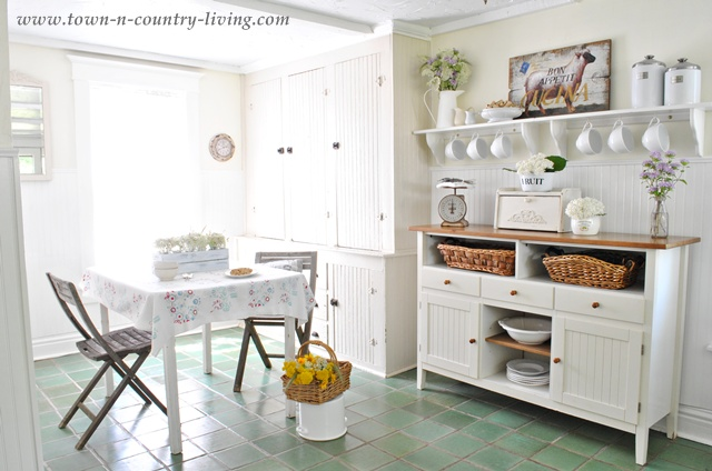 Breakfast nook and built in hutch via Town and Country Living