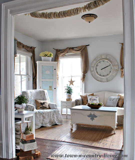 Cottage style farmhouse family room via Town and Country Living