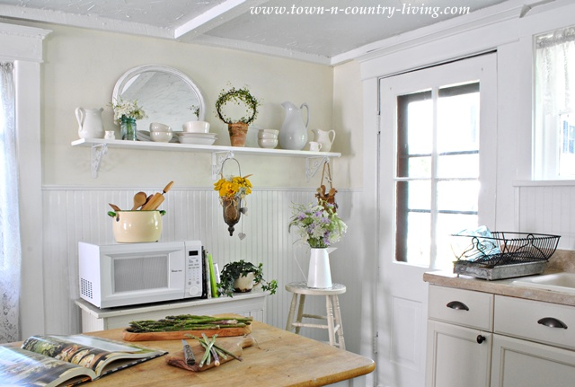 Summer Decorating in a Farmhouse Country Kitchen