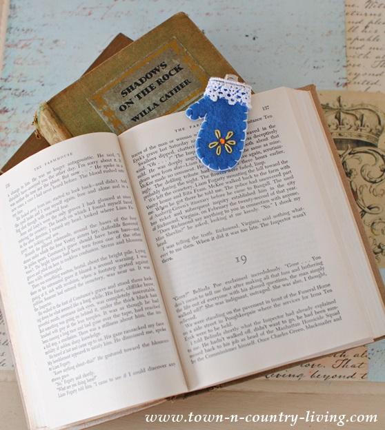 DIY Mini Felt Mitten Bookmark