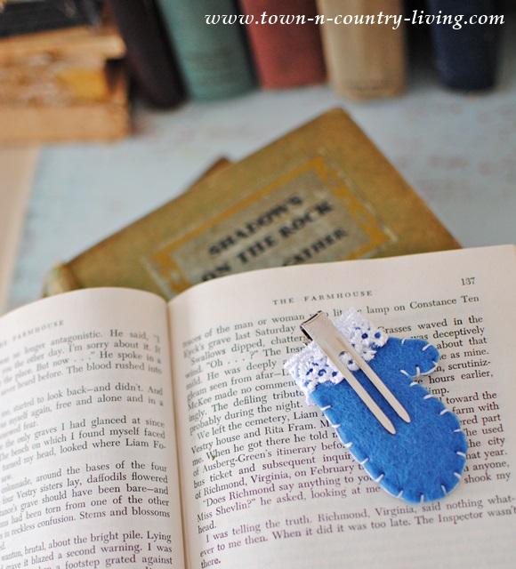 How to make mini felt mitten bookmarks