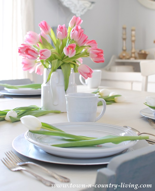 Simple Tulip Centerpiece in Farmhouse Dining Room