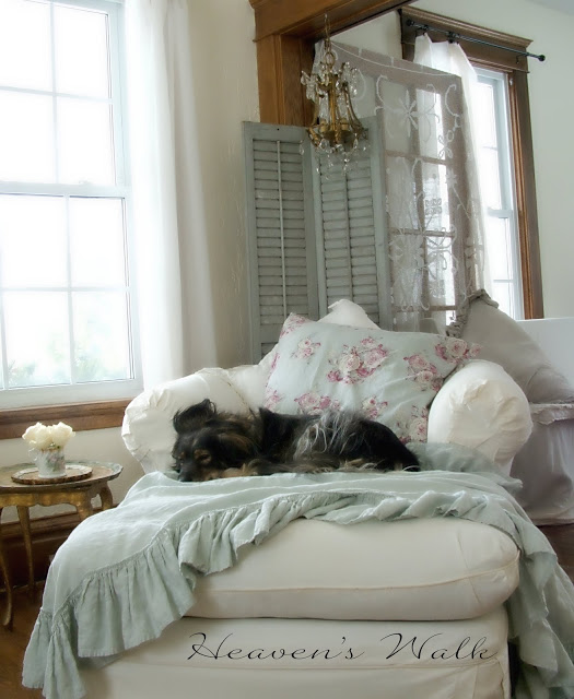 Shabby-Chic-Overstuffed-Chair