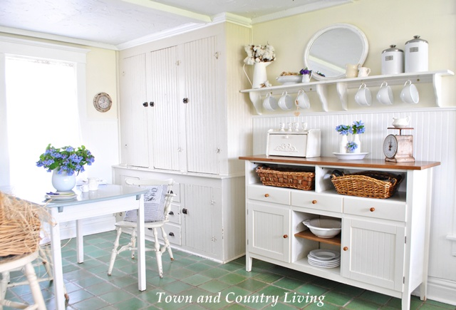 Town and Country Living Kitchen in a Farmhouse