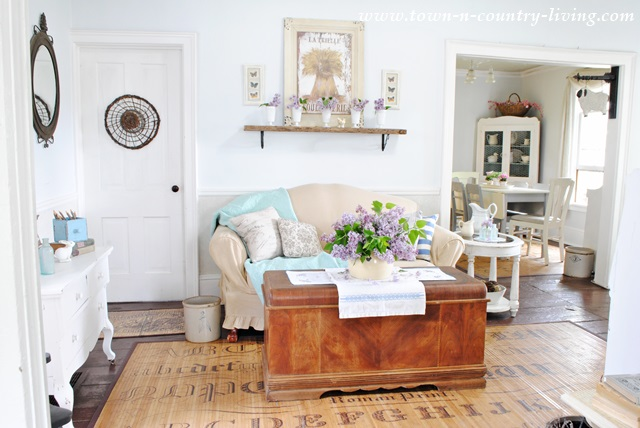 How to decorate with lilacs in the living room