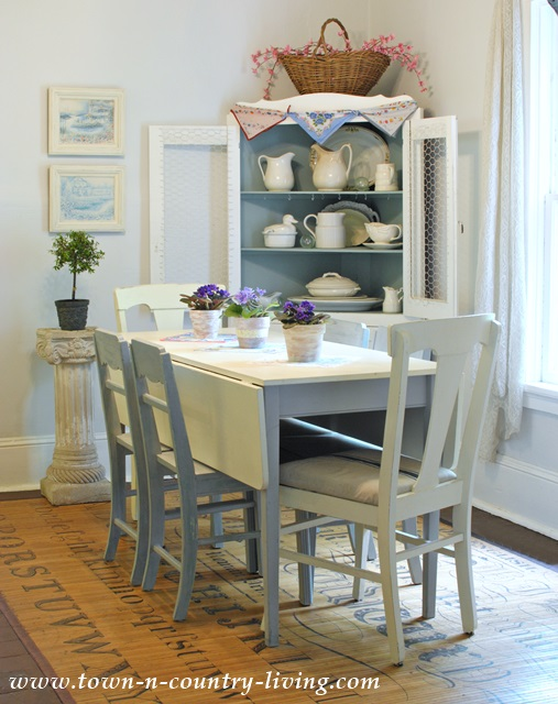 Cottage Style Decorating in Farmhouse Dining Room