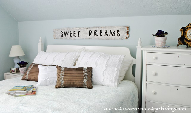 Decorating a Farmhouse Bedroom for Summer