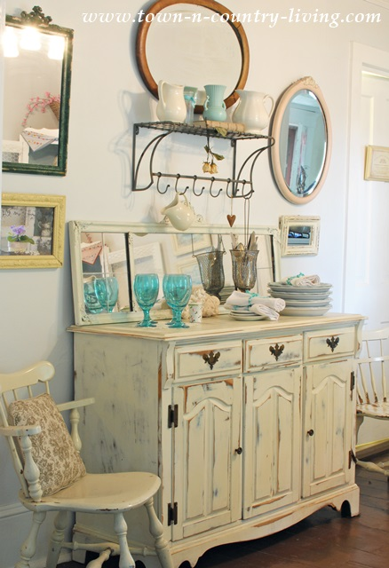 Painted Buffet in Cottage Style Dining Room