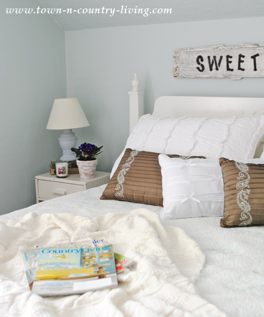 Summer-Decorating-in-Farmhouse-Bedroom