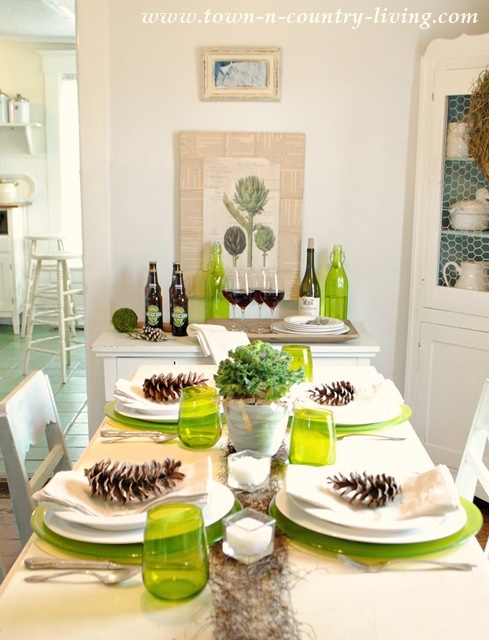Green and White Modern Country Table Setting #TurkeyDinnerTablescape