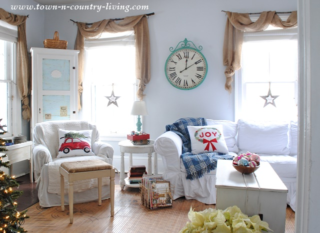 Country Style Christmas Decorating in a Farmhouse Family Room