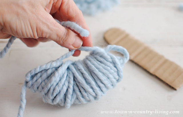 How to make pom poms out of yarn. A few tricks makes the task easy.