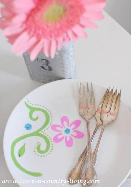 Decorating dessert plates with Sharpies. See food safety info at end of post.