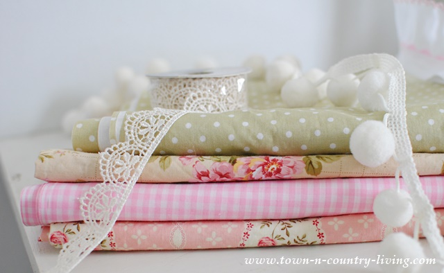 Calico fabric is a perfect choice for sewing your own pillow cases. Complete DIY instructions.
