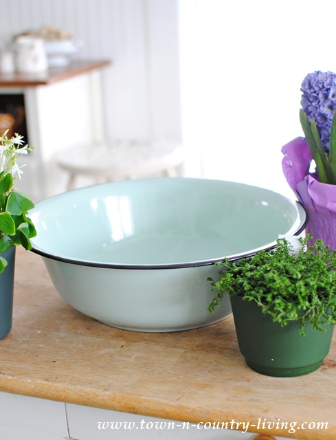 Aqua colored enamelware bowl from Decor Steals.